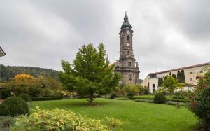Stift Zwettl Stiftsgarten mit Kirche 2