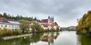 Fluss Steyr mit Kirche St. Michael und Schloss Lamberg